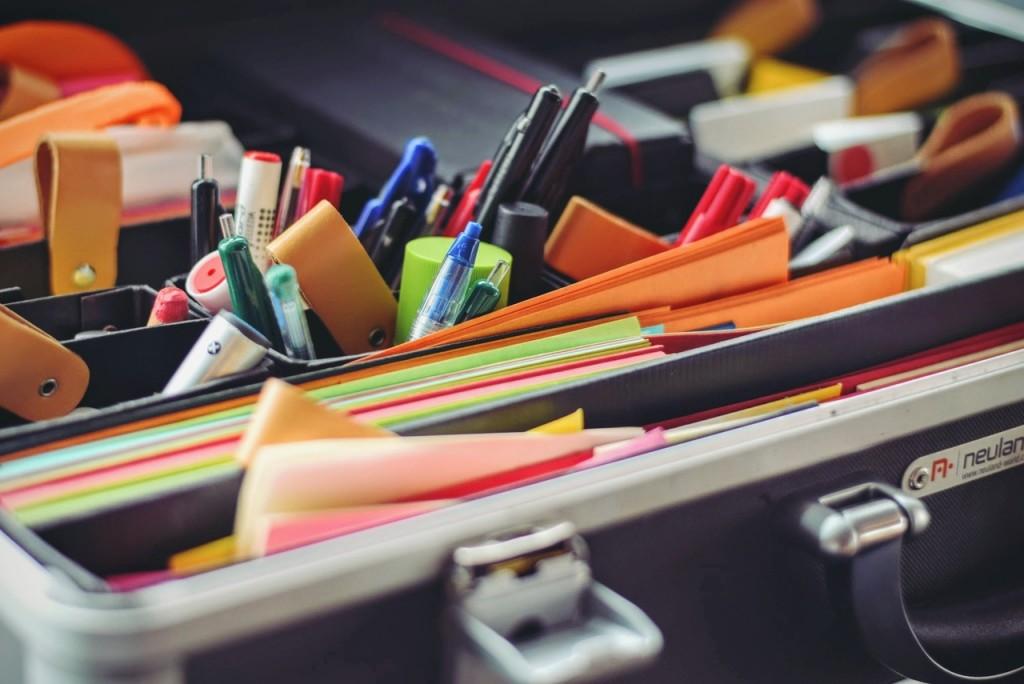 Kontorsmaterial: Skrivbord med pennor och papper